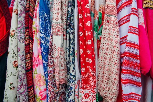 背景のドレスの赤い色調のリネン生地の質感