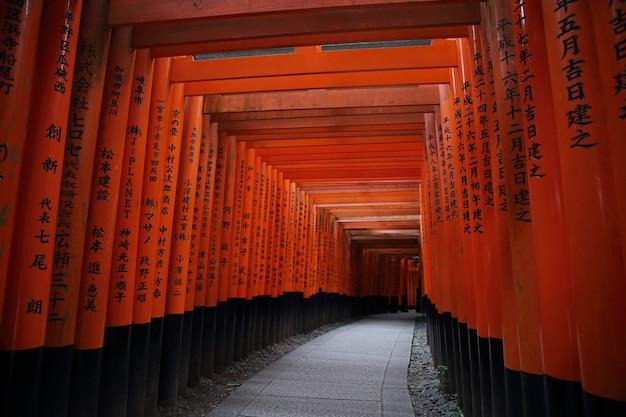 Красные ворота тори в храме фусими инари в киото, япония