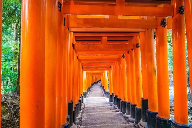 Красный tori ворота в фусими инари храм в киото, япония
