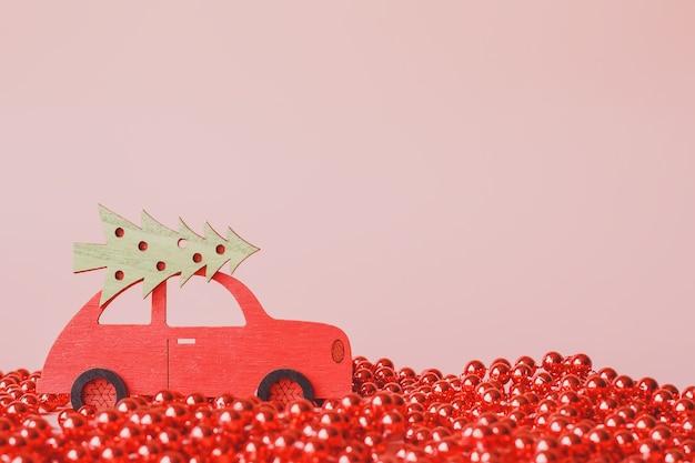 ピンクのクリスマスツリーと赤いおもちゃの車