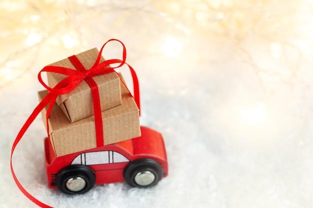 クリスマスギフトボックスのスタックと赤いおもちゃの車