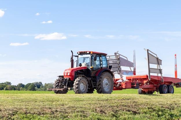 フィールドを運転する赤いトラクター