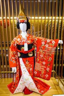고급스러운 인테리어 배경으로 빈 흰색 모델을 입은 빨간색 전통 일본 기모노.