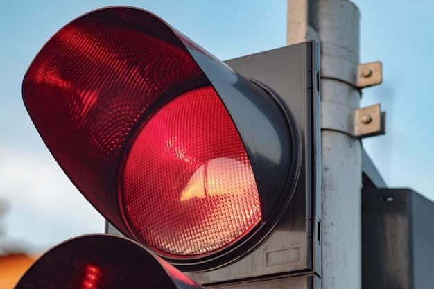 赤い信号。交差点の道路信号と輸送の制御。