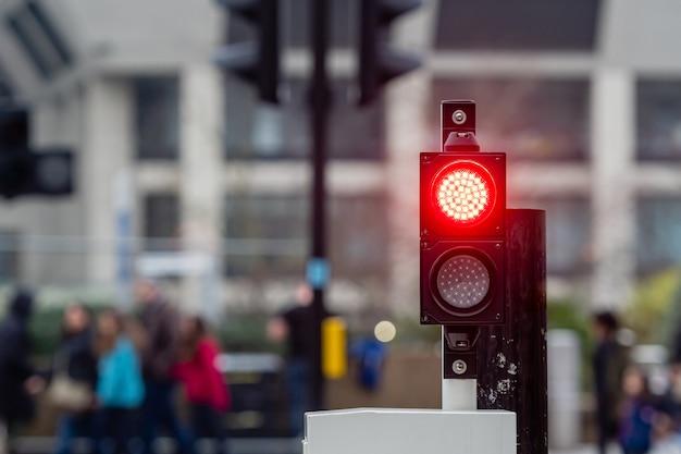 ぼやけた通りの赤信号