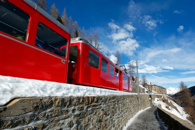 赤い電車と青い空