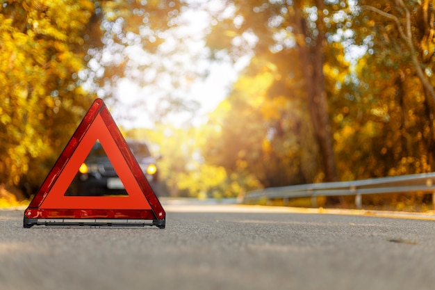 赤い三角形、赤い緊急停止の標識、赤い緊急停止記号、黒い車の停止、道路上の駐車場。