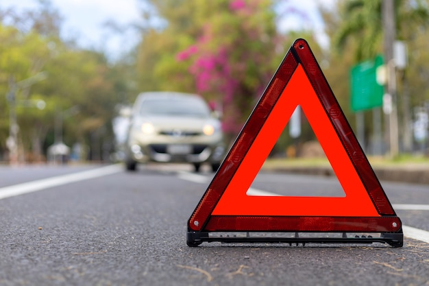 Красный треугольник, красный знак аварийной остановки, красный символ аварийной остановки и остановка автомобиля и парковка на дороге.