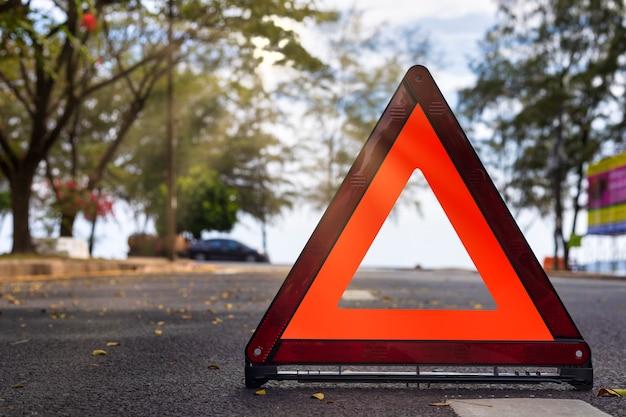 Красный треугольник, красный знак аварийной остановки, красный символ аварийной остановки на дороге.