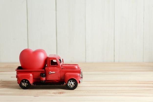赤いトラックとハート、バレンタインデーに愛を届ける準備ができています。