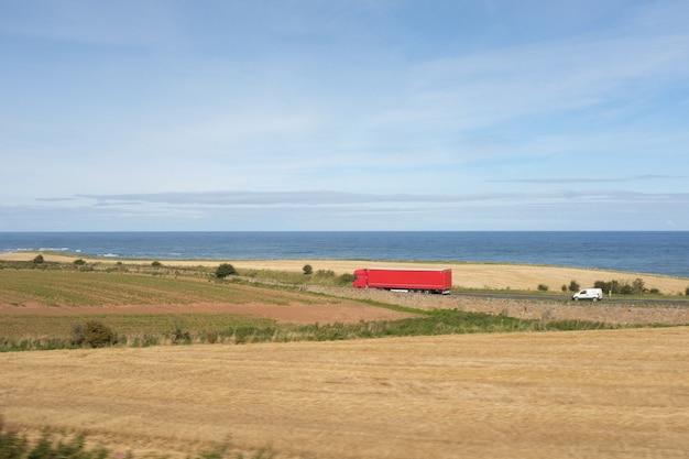 Красный грузовик в красивом пейзаже