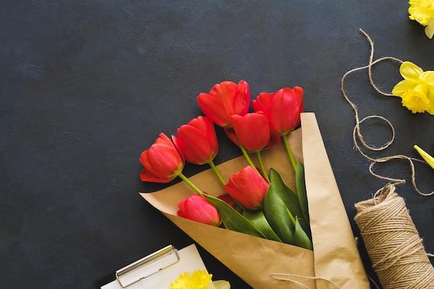 빨간 튤립 꽃다발 꽃 배달 봄 공예