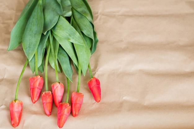 Букет красных тюльпанов. весенняя цветочная композиция.
