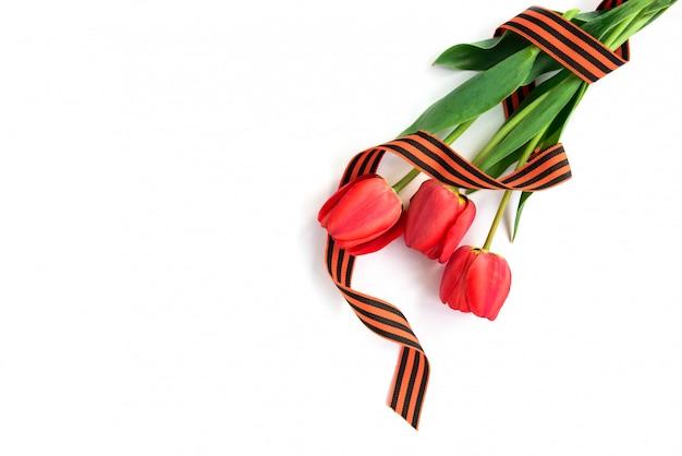 白い背景で隔離の花瓶の赤いチューリップ。