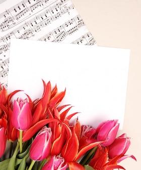 Красные тюльпаны с нотами