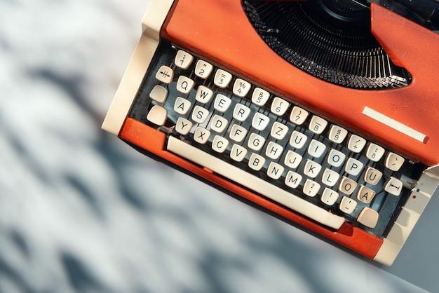 Красная пишущая машинка на столе