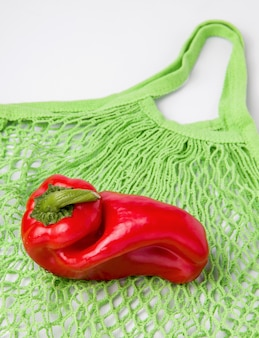 Красные уродливые перцы на сумке eco.