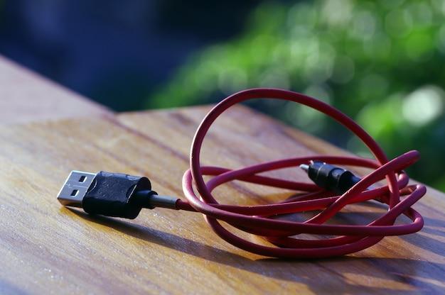 흐림 보케 배경이 있는 빨간색 usb 2.0 연결