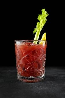 Красный овощной коктейль на черном фоне