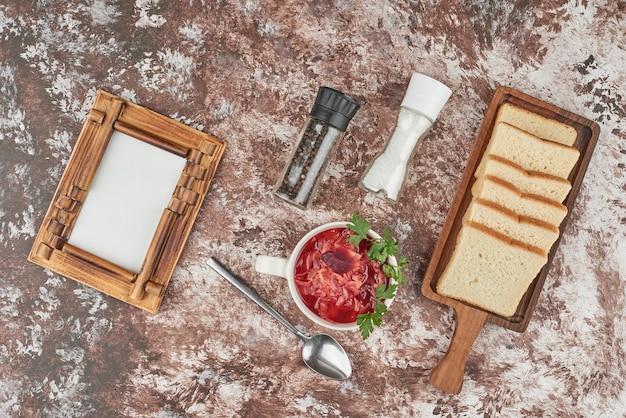 ビーツとパンの赤い野菜スープ。