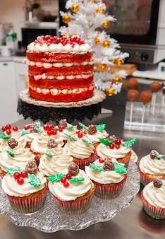 赤いベルベットのケーキとジンジャーブレッドのカップケーキ。