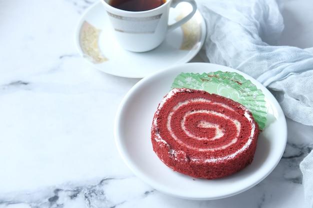 접시에 빨간 벨벳 케이크