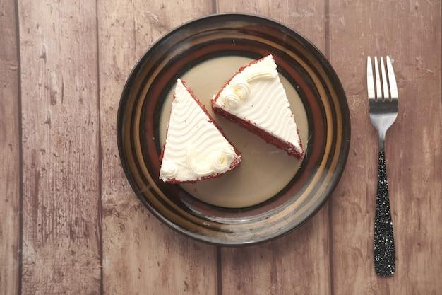 접시에 레드 벨벳 케이크