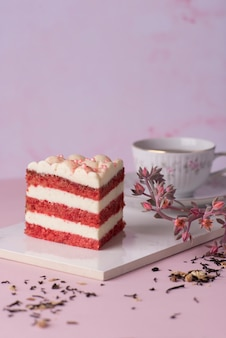 Красный бархатный кусочек торта и чашка чая