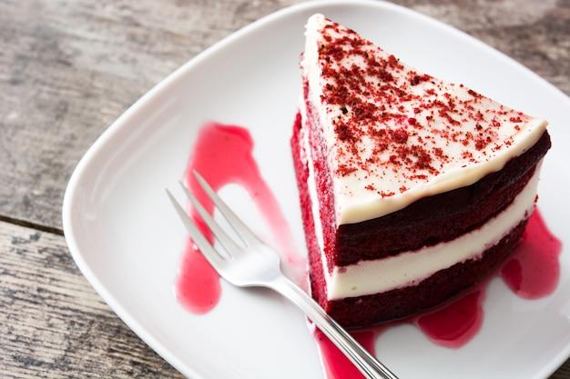 木製のテーブルに赤いベルベットケーキのスライス