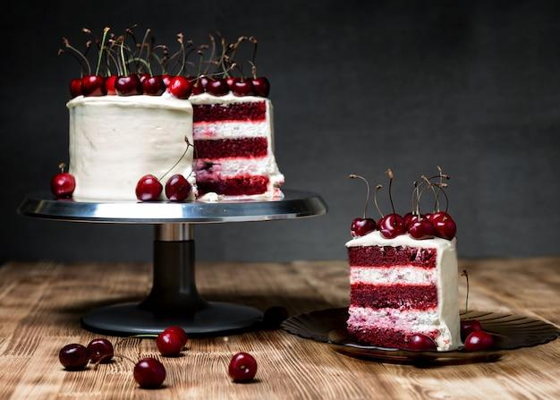 Красный бархатный торт с черешней на деревянном столе