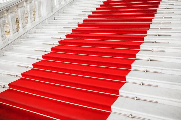 赤いベルベットのカーペット。階段を上る。権威ある指名。階段が上がる。ビジネスの成功。階段はレッドカーペットで覆われています。ベルベット生地。