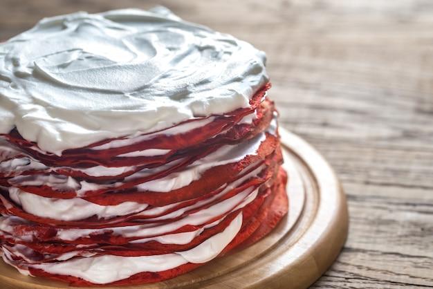 나무 보드에 빨간 벨벳 크레페 케이크