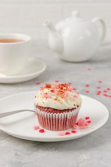 バレンタインデーのためのクリームチーズのアイシングとレッドベルベットカップケーキ