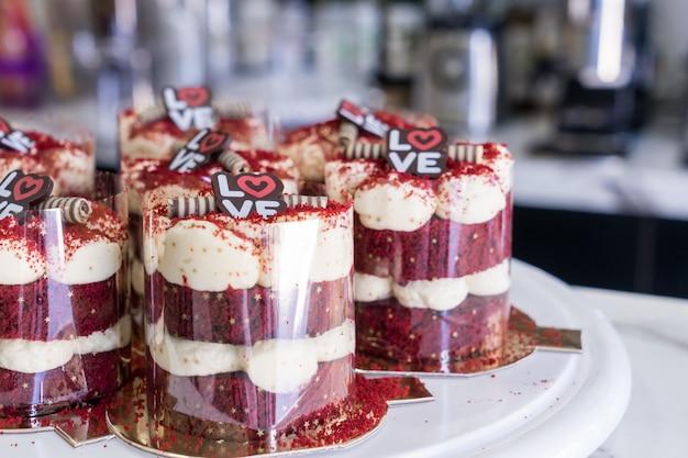 Красные бархатные кексы с глазурью из сливочного сыра вид сверху в булочной