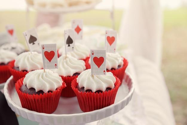 카드 토퍼와 함께 빨간 벨벳 컵 케이크