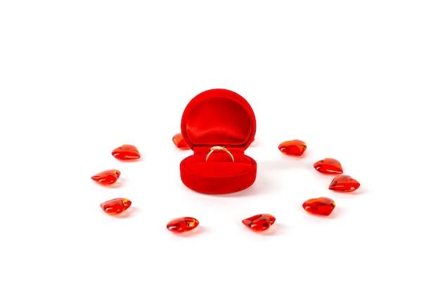 다이아몬드 반지와 흰 벽에 하트 레드 벨벳 선물 상자. 발렌타인 데이.