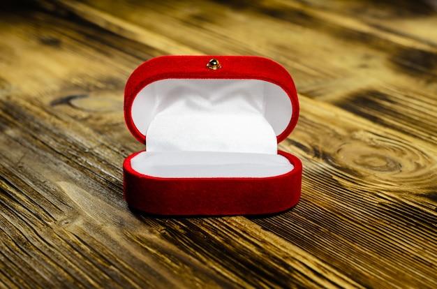 나무 테이블에 빨간 벨벳 보석 상자
