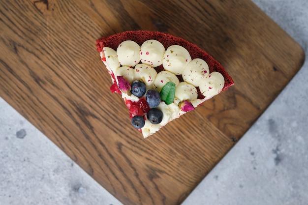 カットの赤いベルベットのスポンジケーキ。クリームチーズとラズベリーを詰めたケーキ。
