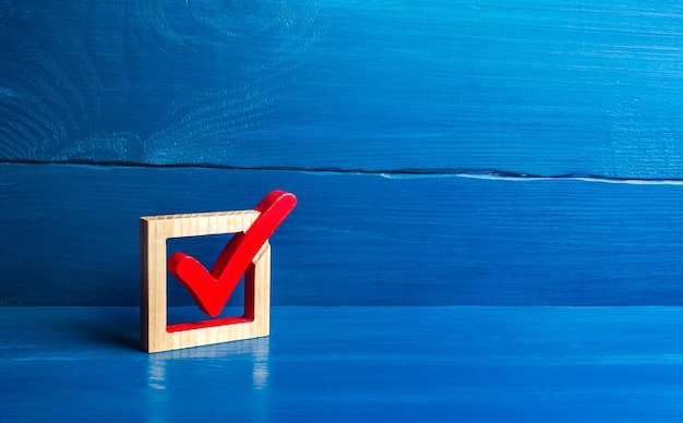 상자에 빨간색 투표 틱.