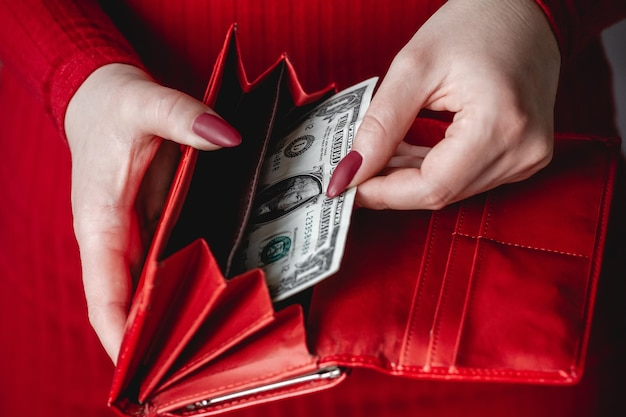 빨간 매니큐어와 빨간 드레스에 여자의 손에 빨간 지갑