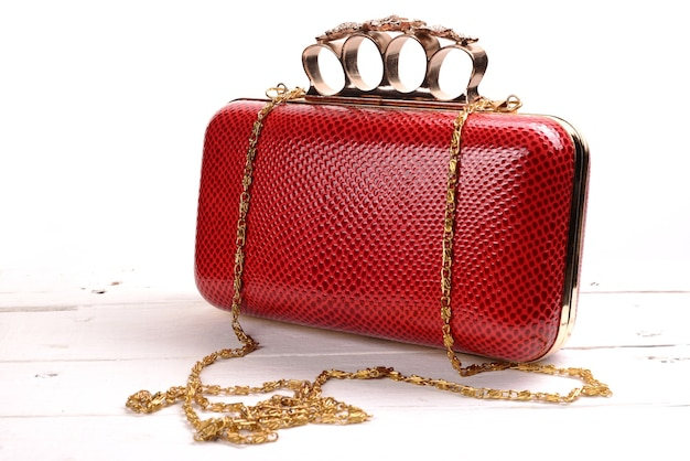 白にブラスナックルが付いた赤い財布の財布