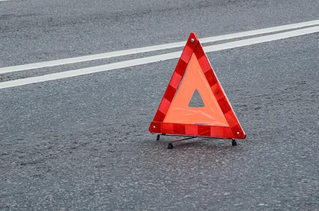 二重分割ストリップのある車道の赤い警告三角形。