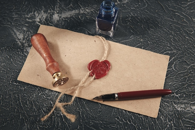Красная восковая печать на изолированном бумажном документе.