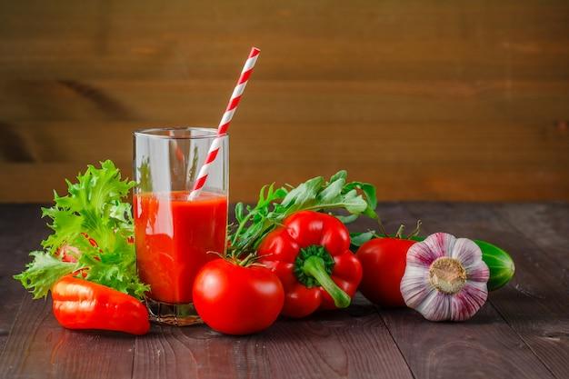 赤いテーブルの上の野菜とジュース