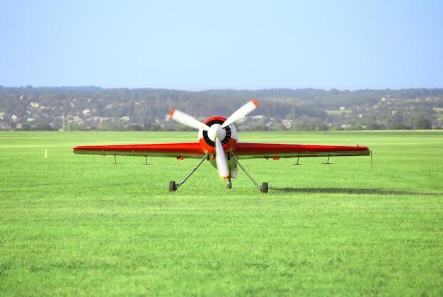 離着陸場の赤白い飛行機