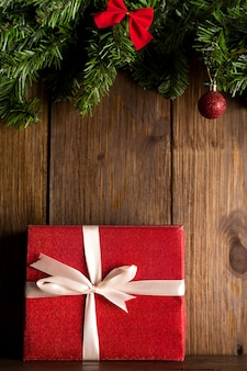 오래 된 나무 벽 배경에 매달려 빨간색 흰색 크리스마스 장식.