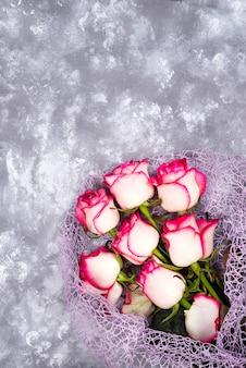 赤い白い石のテーブルに石の花束をバラ。