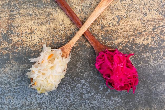 Crauti rossi e bianchi su cucchiai.