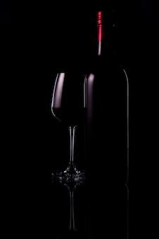 Красное вино и виноград в черных тонах