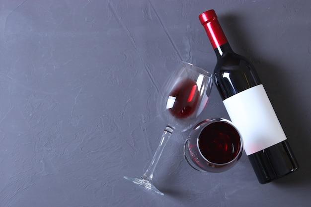 테이블 상단 보기에 적포도주와 포도